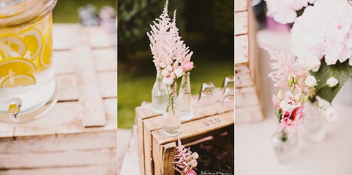 Mesas con flores silvestres en tonos pálidos. Foto: Roberto y María