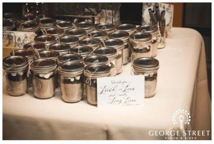 Decoración de boda con tarros de cristal - foto George Street Photo Video