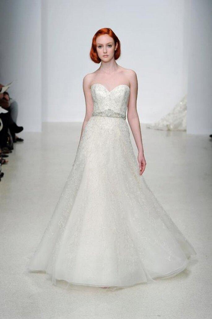 Vestido de novia largo en color blanco con escote corazón y detalle de pedrería en la cintura - Foto Kenneth Pool