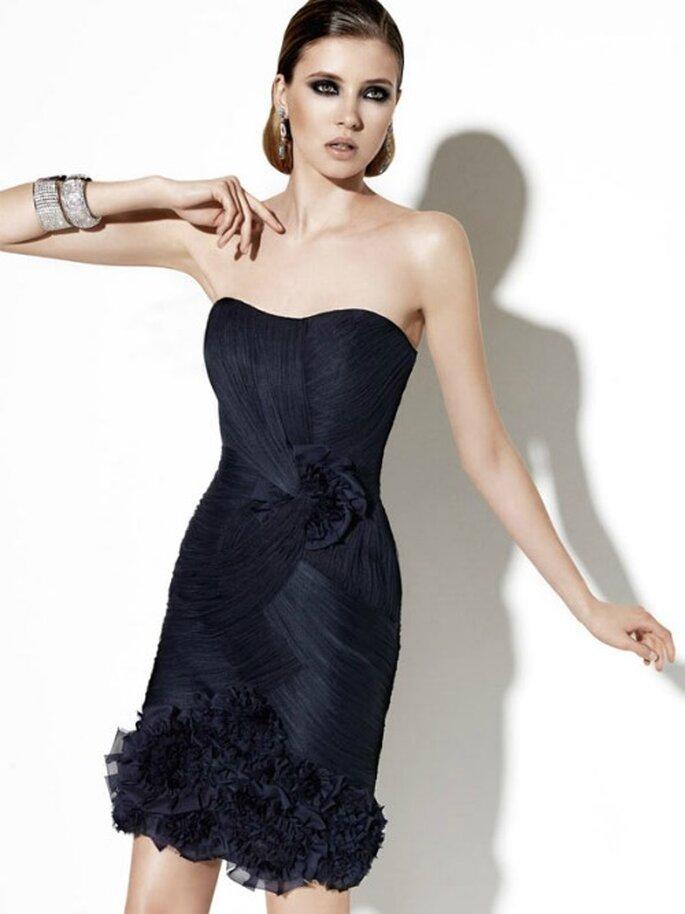 Elegante e non convenzionale questo abito corto con rouche sul punto vita e l'orlo. Abito da cerimonia SAN PATRICK Collezione 2012