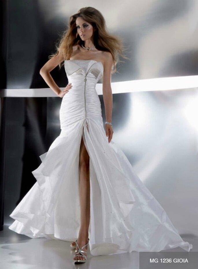 Originalissimo abito con spacco sul davanti e finta cerniera sul corpetto drappeggiato. Gritti Spose Collezione 2012