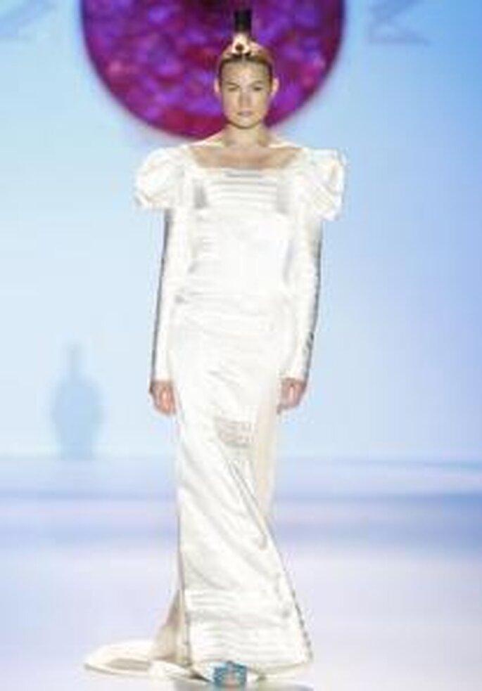 Model Novias 2010 - Vestido largo en seda brillante, de líneas horizontales, de cuello cuadrado, mangas abullonadas