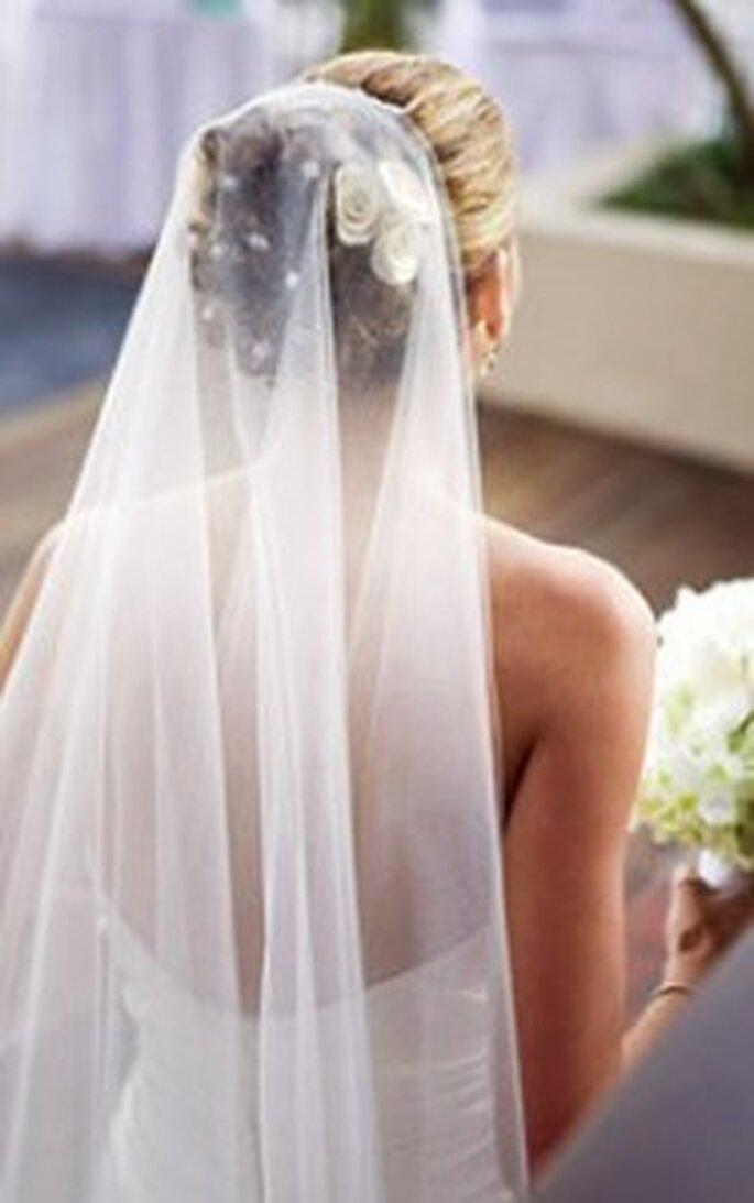 Utilizar un peinado con velo el día de tu boda te hará lucir como una novia muy clásica y elegante