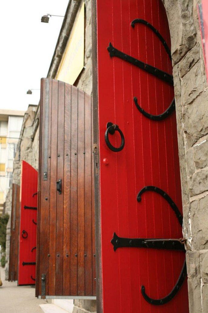 Rojo en contraste, un entorno envuelto en misticismo para tu boda - Foto Blonde Tulip