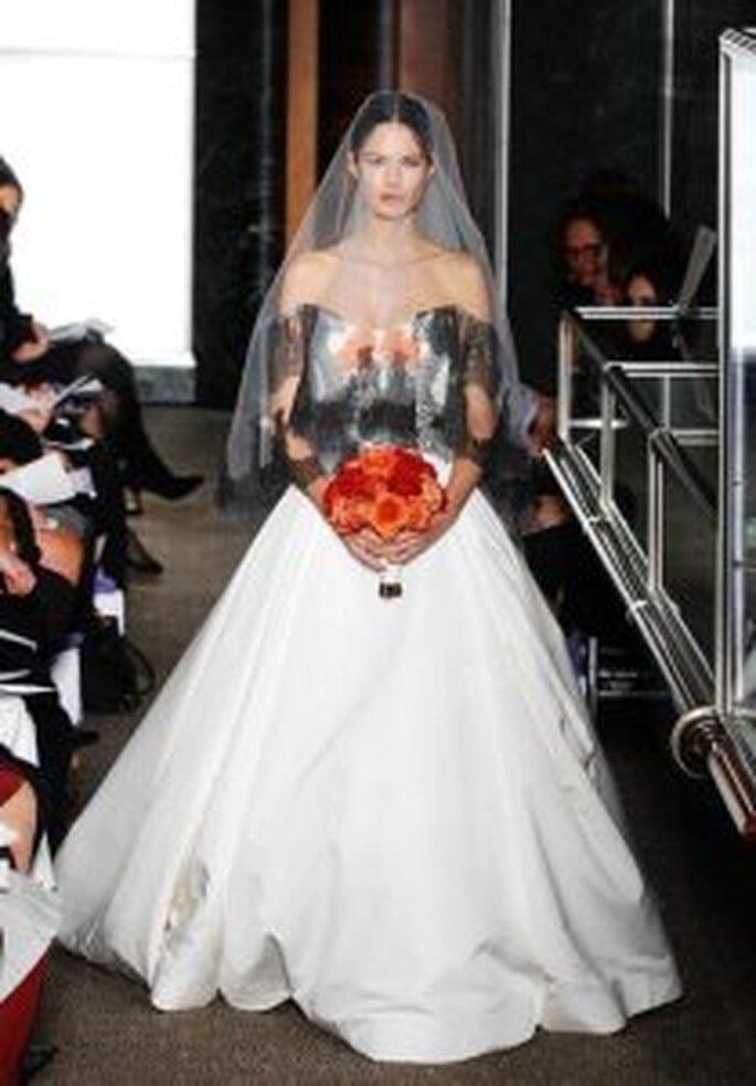 Carolina Herrera 2010 - Vestido largo de corte princesa, con apliques en encaje negro, escote de hombros caídos, mangas 3/4
