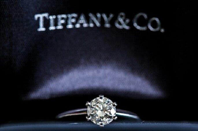 Fotografía dell'anello di fidanzamento racchiuso nella sua preziosa confezione - Foto Erick Pozos