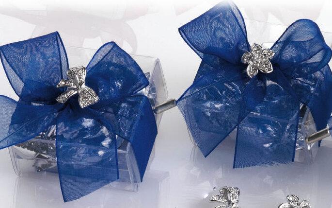 Cajitas con moño azul conteniendo regalos para tus invitados