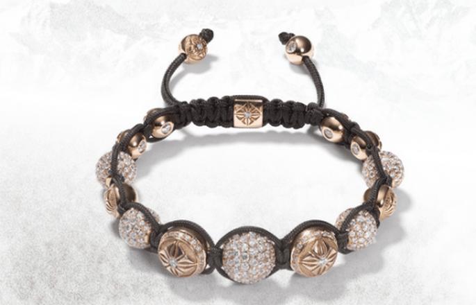 Brazalete para novia en color negro con diamantes y pedrería en color oro con relieves - Foto Shamballa Jewels