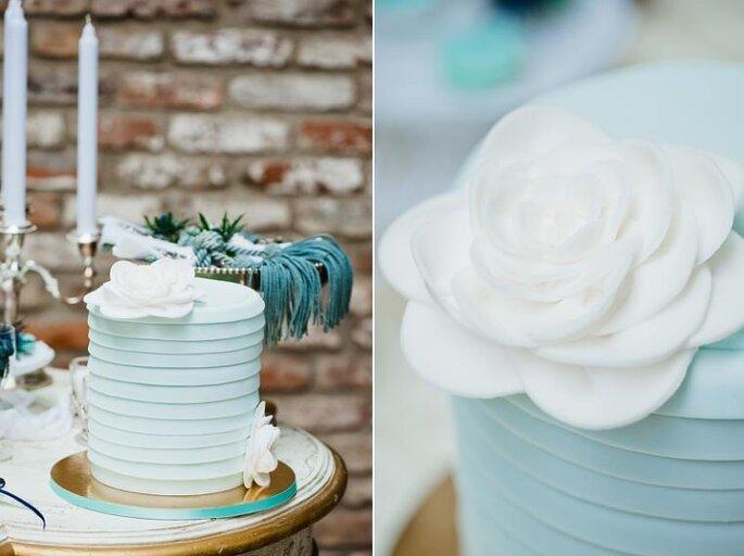 Mesa decorada en blanco y diversos tonos de azul. Foto: Nadia Meli