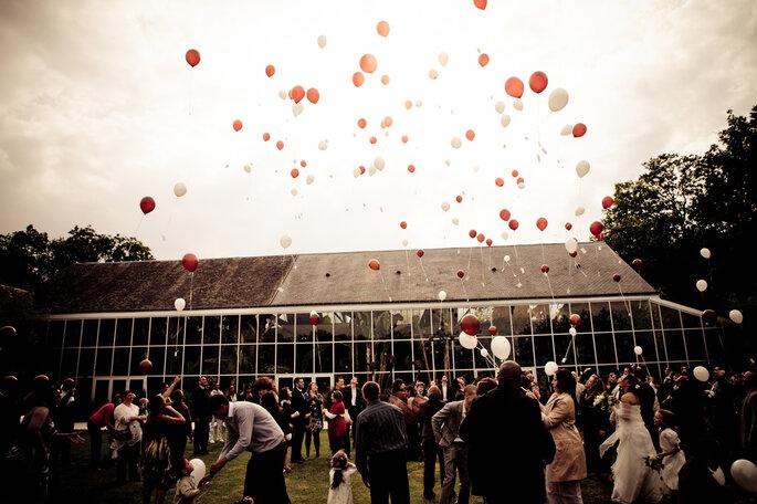Le lâcher de ballons à un mariage : succès assuré ! Photo Patrick Alvès pour 1amour,2perles