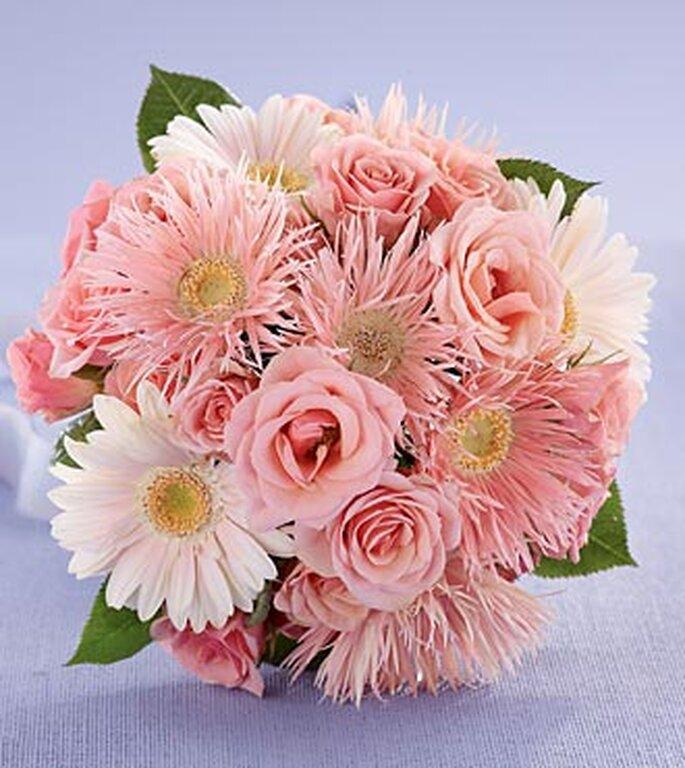 Um bouquet de noiva com margaridas e rosas