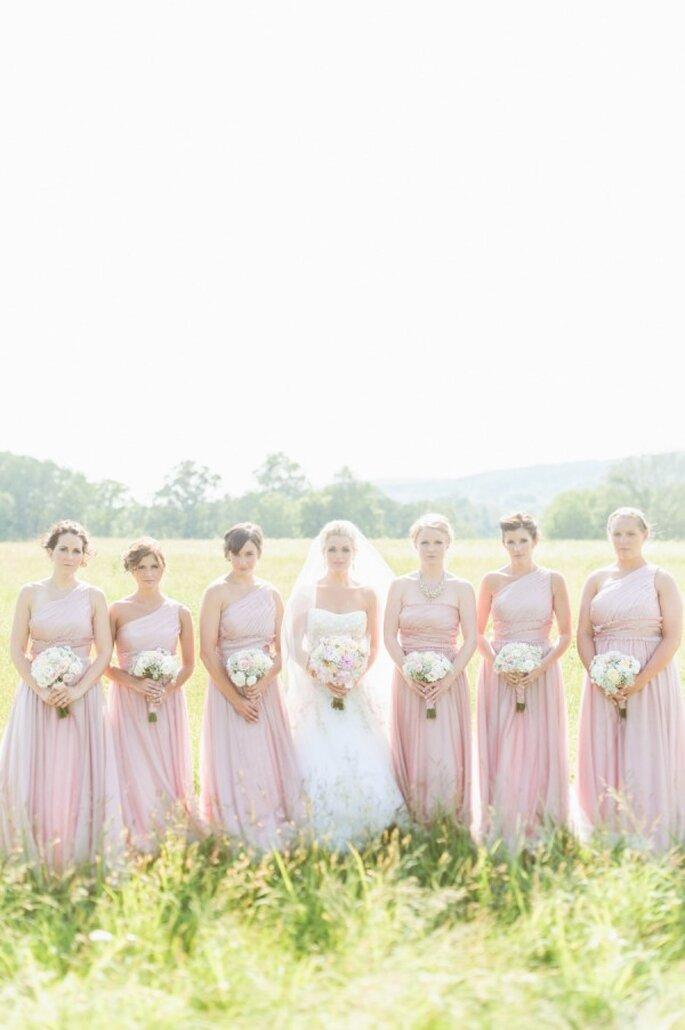 Vestidos en colores neutros para tus damas de boda - Foto Paper Antler