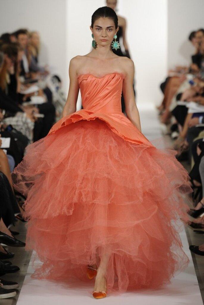 Vestido de fiesta 2014 en color naranja sutil con silueta peplum y falda amplia de tul - Foto Oscar de la Renta