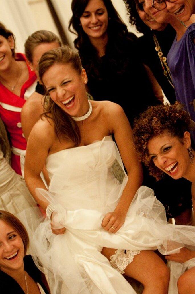 """La nostra sposa Alessandra ride divertita """"accerchiata"""" dalle sue amiche. Foto di Francesca Pisoni"""