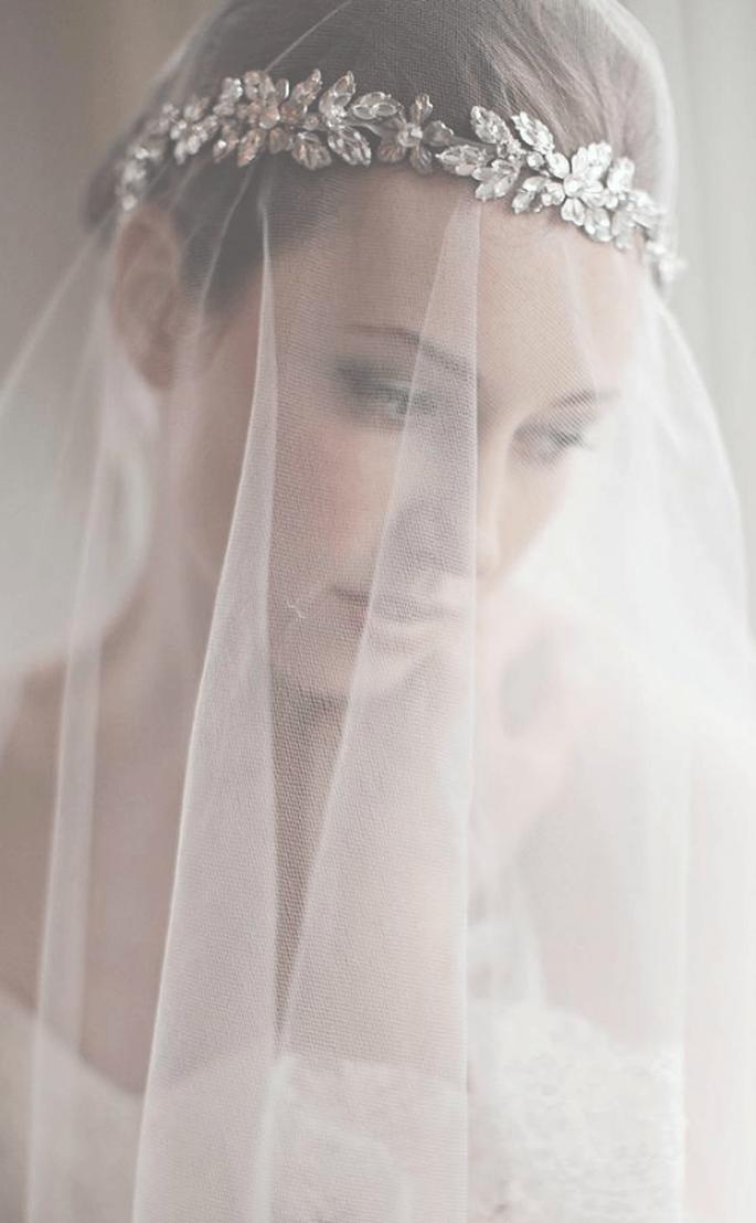 Diadema con pedrería para novia con velo superpuesto - Foto Enchanted Atelier