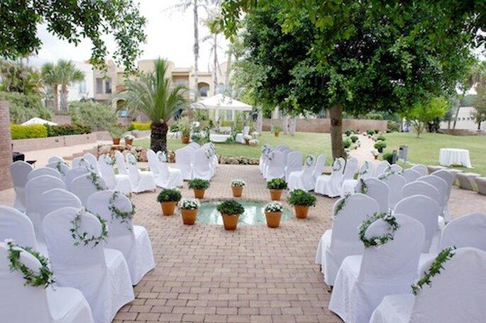 Vier uw bruiloft, omringd door palmbomen in de openlucht - Foto: Marriott