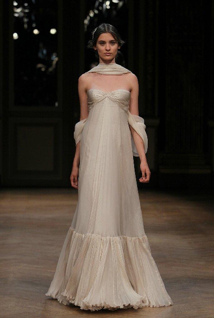 Vestido de novia escote palabra de honor con silueta de columna de Georges Hobeika