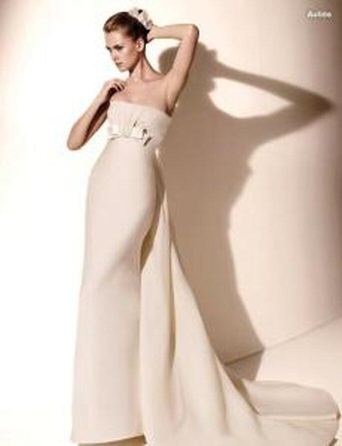 Valentino 2010 - Aulide, vestido de novia largo en tafetán, ajustado, escote recto