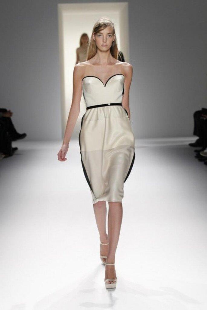 Vestido de fiesta para boda en color blanco con detalle negro en la cintura - Foto Calvin Klein