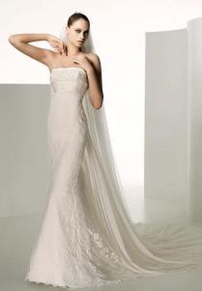 Valentino 2009 - Lyra, robe longue de lignes sirène, en dentelle, à décolleté droit et longue traîne