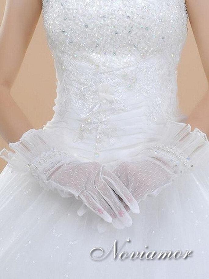 Guantes cortos para novias color blanco. Foto de Noviamor