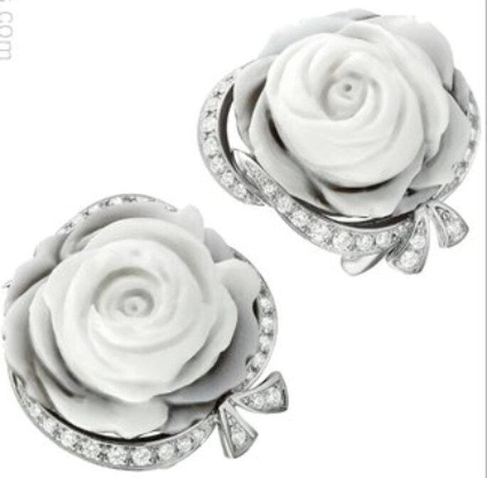 Original pendiente corto en plata y cristales con detalle de rosa en material semiprecioso