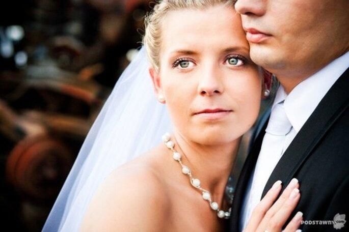 Novia con collar y aretes de perla - Foto: Rafał Podstawny