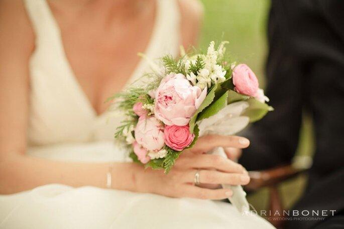Delicada combinación de flores de color rosa y un toque verde. Foto: Adrián Bonet
