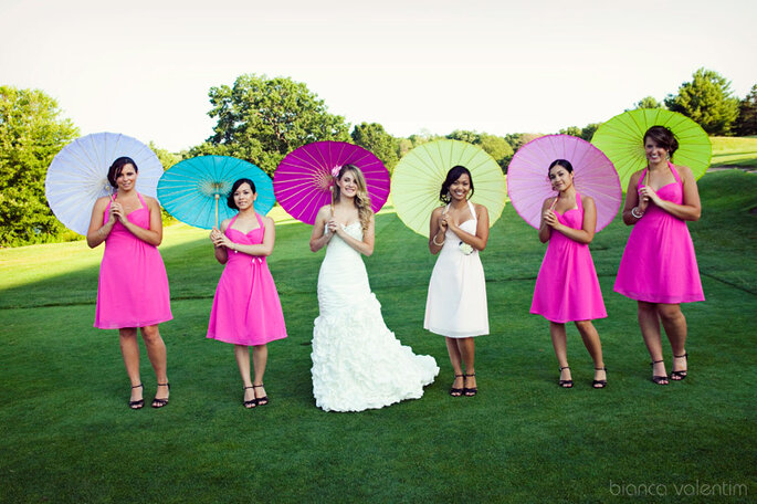 Ombrelles en papier pour la mariée et ses demoiselles d'honneur. Photo: Bianca Valentim