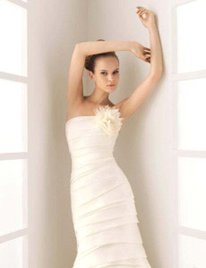 Rosa Clará 2010 - Clark, vestido largo en sedas, escote palabra de honor, con aplique floral, ajustado