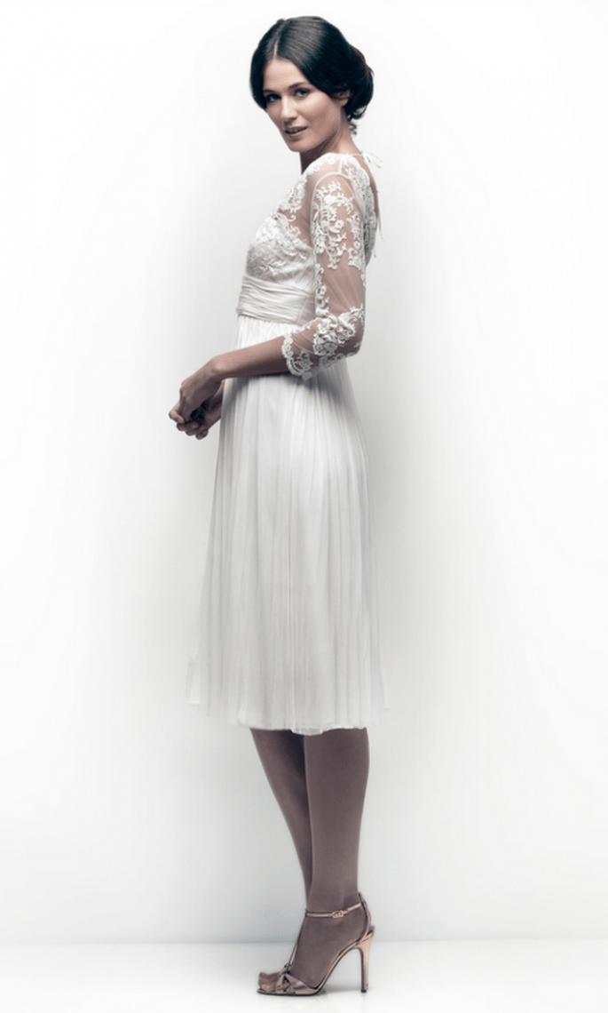 vestido de novia para boda civil con mangas de encaje y falda con caída elegante - Foto Catherine Deane