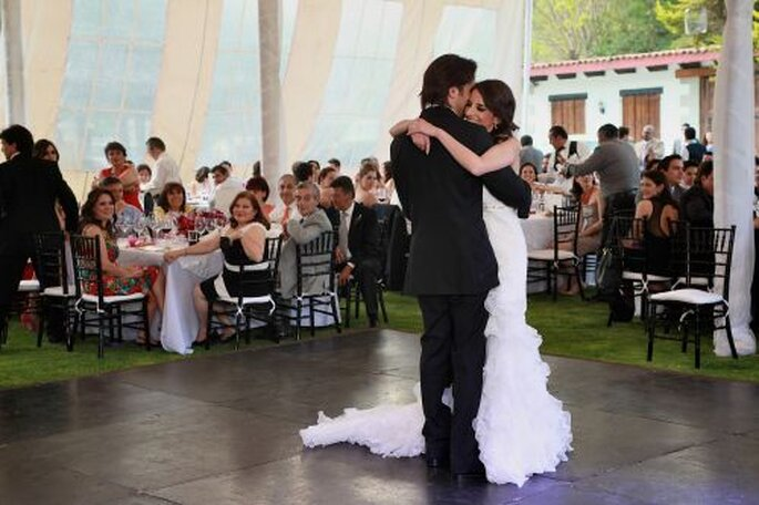 Das Brautpaar eröffnet den Hochzeitstanz - Barrera & Fitch photography Lidia Fitch Fotogapher  http://www.barrerafitch.com