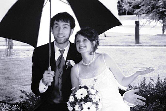 Y si llueve, tampoco nos debemos preocupar. Las bodas lluviosas tienen su encanto. Foto via The Examiner