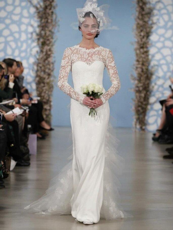 Vestido de novia con flores en relieve en mangas y escote - Foto Oscar de la Renta