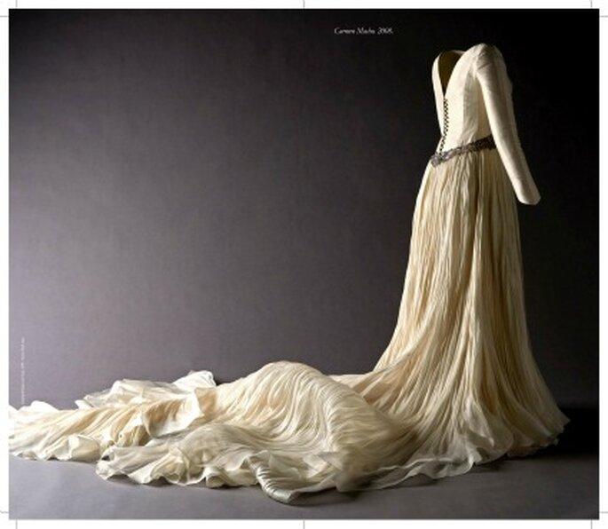 Vestido con falda y cola en organza de seda natural rústica plisada irregular y bordado. en hilo de plata y pedrería en el talle. Propiedad de Carmen Macho, 20 de diciembre de 2008