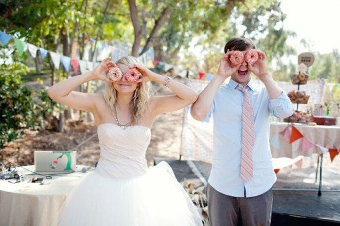 Divertidas donas decoradas para la mesa de postre de tu boda - Foto Katie Neal Photo en GreenWeddingShoes