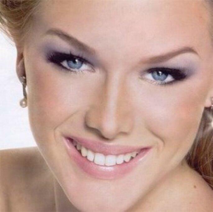 Con gli occhi chiari, perfette le sfumature dell'azzurro per gli occhi. Foto www.donna.fanpage.it