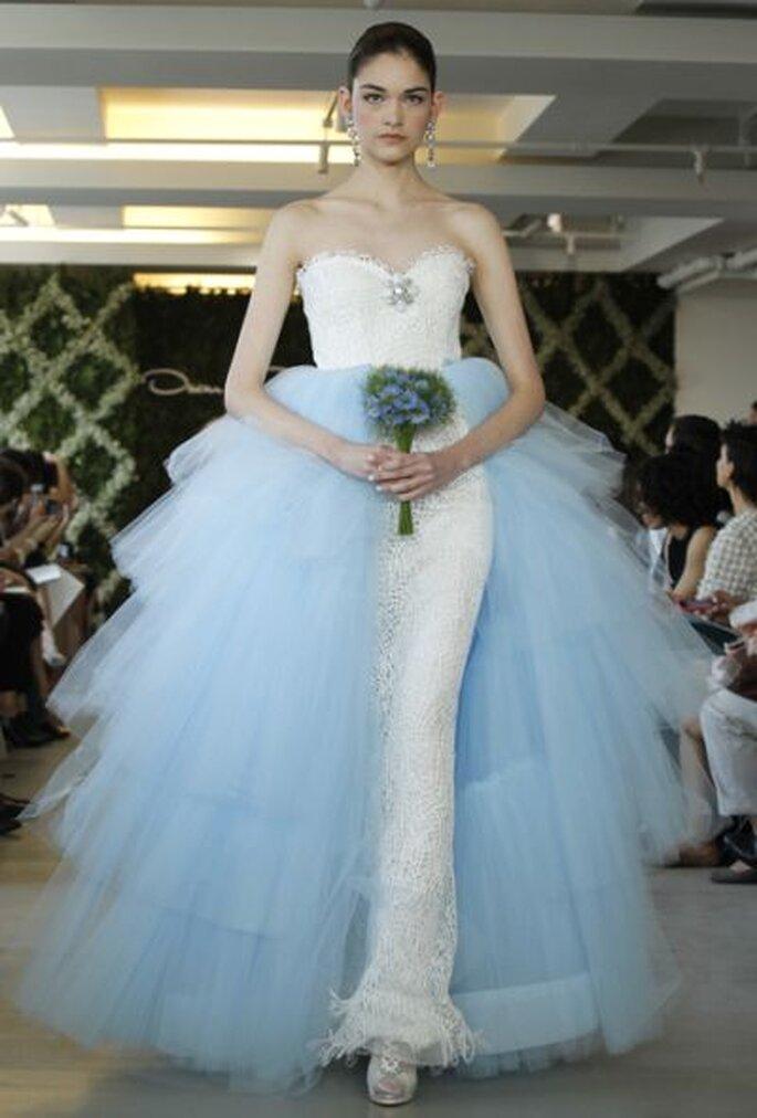 Robe de mariée bleue et blanche Oscar de la Renta 2013