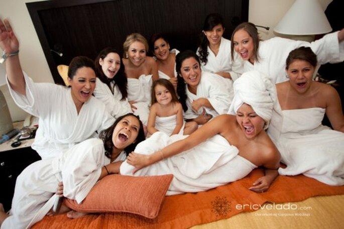 Ein toller Spaß mit den Freundinnen ist es, Hochzeitsfrisur und Make-up auszuprobieren. Etwas Wellness gehört auch dazu. Foto: Eric Velado http://www.ericvelado.com/