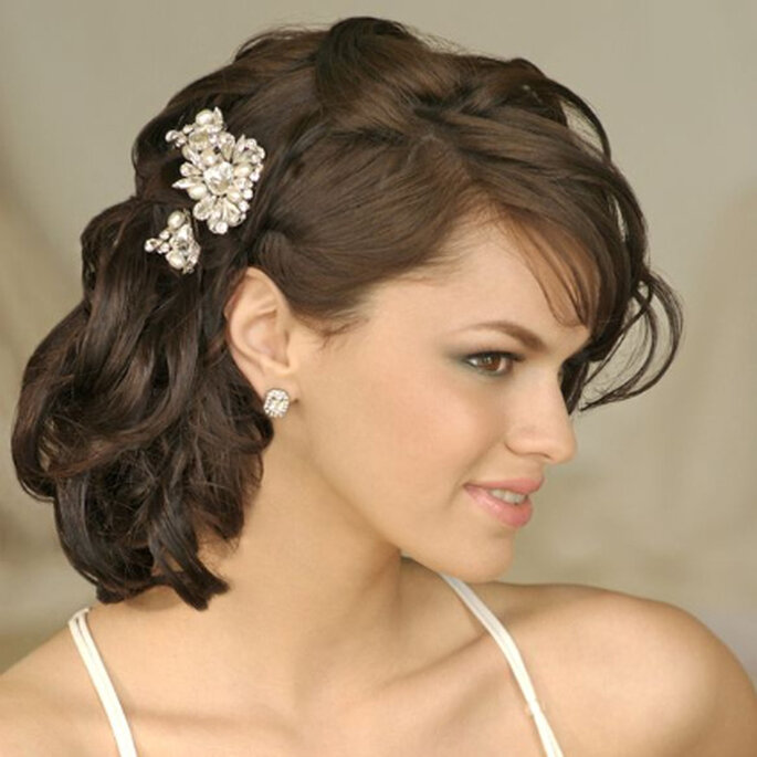 Hermoso semirrecogido con broches en perlas, exquisitamente complementado con pendientes cortos en forma de gota