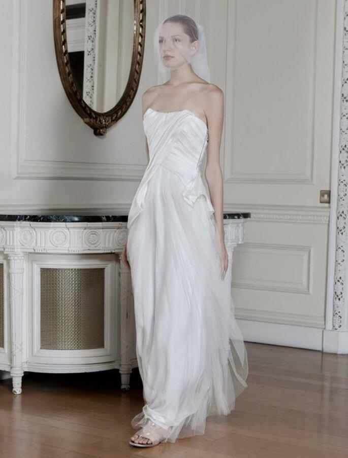 Vestido de novia con frunces en el escote y falda de tul con caída sutil - Foto Sophia Kokosalaki