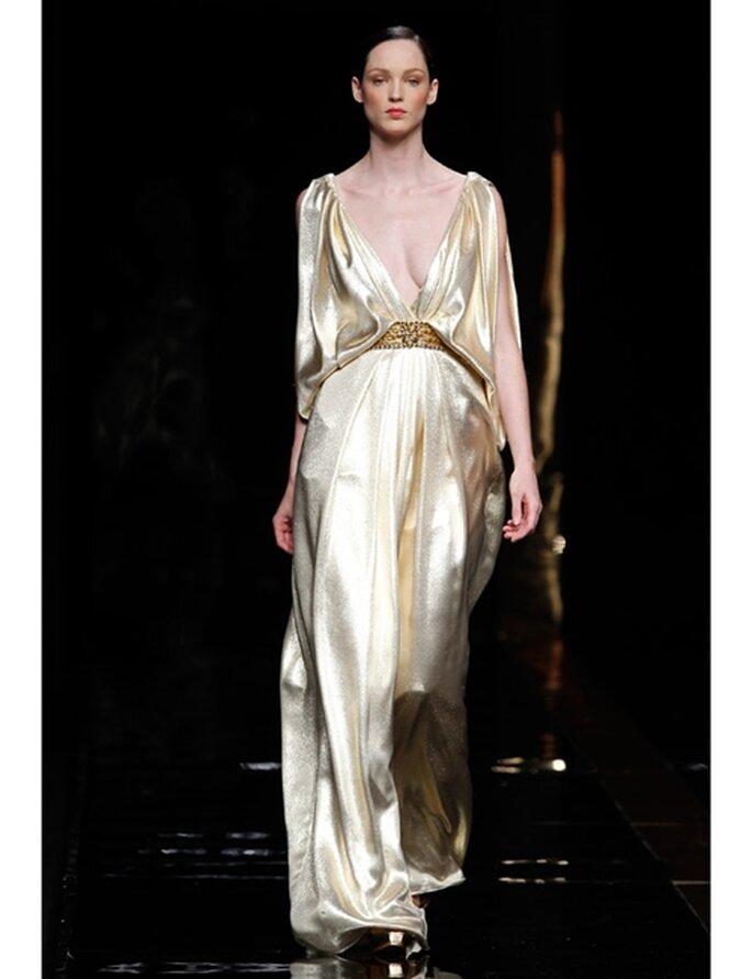Goldenes Brautkleid von Rosa Clará aus der Kollektion 2012 mit tiefem Ausschnitt.