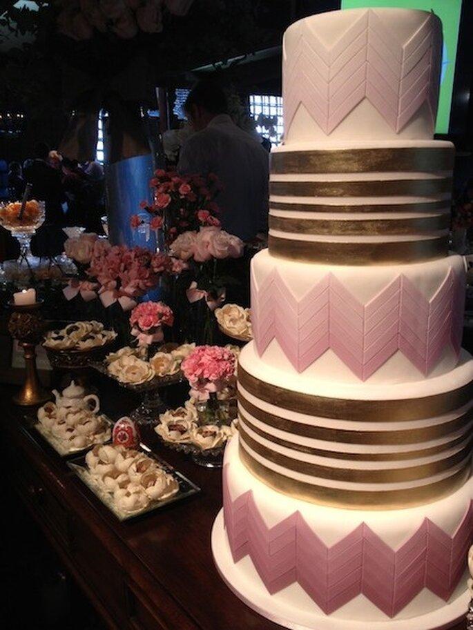 Da Fleur de Sucre, uma proposta de bolo de casamento super chic com detalhes em várias tonalidades de rosa e dourado Foto - Mariana Ortigão