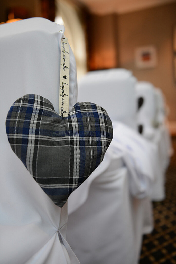 Detalles de corazones en las sillas vestidas. Foto: Rich Cambers