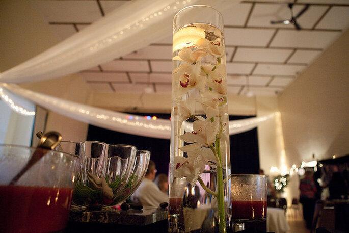 Flores y pétalos flotantes en vasos largos. Foto: Festivities MN