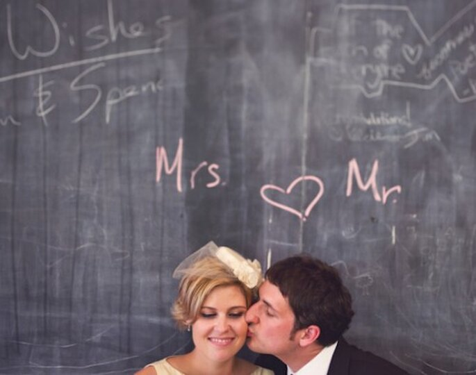 Decora tu boda con pizarrones negros - Foto Paper Antler en Bridal Musings
