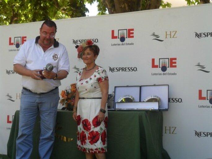 Charo Agruña entregando el Primer Premio de la carrera del Hipódromo de la Zarzuela durante la celebración del I Festival del Sombrero