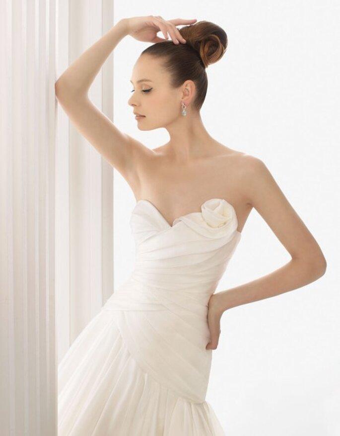 Vestido de novia con líneas asimétricas de Rosa Clará 2012