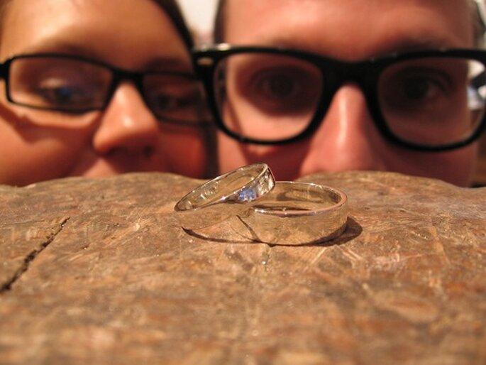 Una pareja observa sus alianzas una vez terminadas. Foto: The Devil Workshop.
