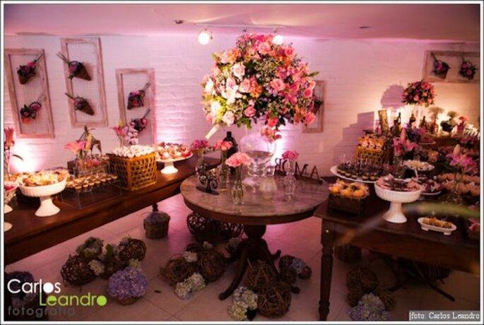 Decoración de boda en color morado y rosa. Fotografía Carlos Leandro